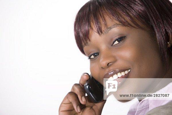 Porträt jungen schwarzen Frau Gespräch auf Handy