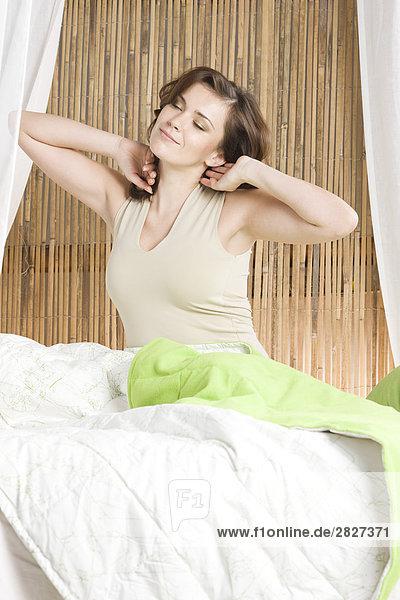 Frau Streching im Bett