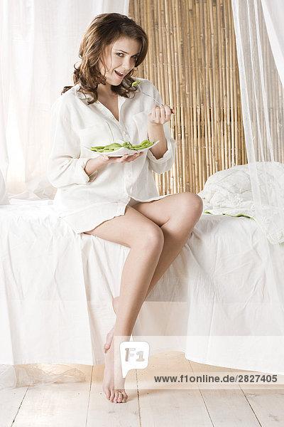 Frau isst kiwi