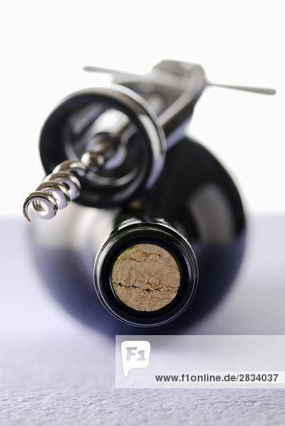 Flasche Wein und Korkenzieher Flasche Wein und Korkenzieher