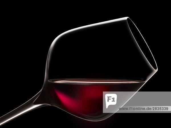 Glas Rotwein zu verkosten