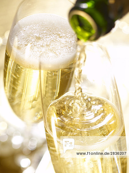 Pouring Champagne in ein Glas