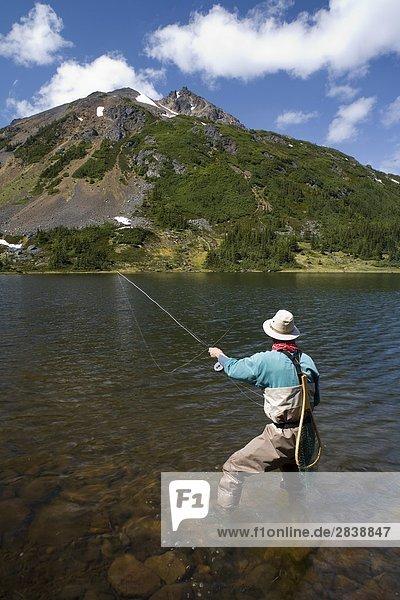 Fliegenfischer am Silvern See  Smithers  British Columbia  Kanada.