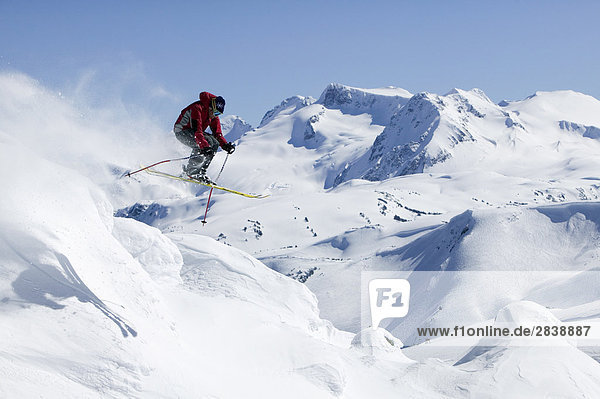 Skifahrer immer Air in Whistlers Backcountry  British Columbia  Kanada.