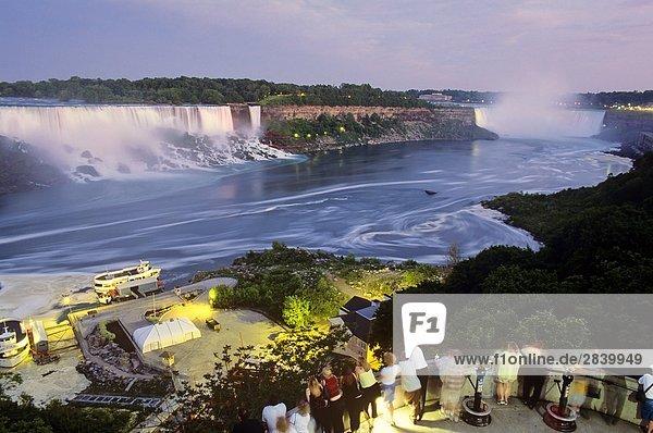 Niagara-Fälle in der Dämmerung  Ontario  Kanada.
