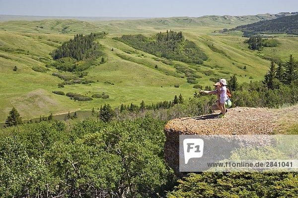 Junge Mutter und Tochter genießen Sie Blick auf die Konglomerat Klippen  Cypress Hills provinzübergreifender Park  Saskatchewan  Kanada.