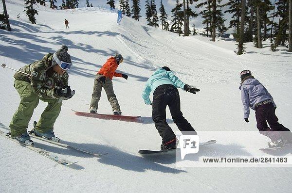 Jungen asiatischen weibliche Skifahrer und Snowboarder  Whistler Mountain  British Columbia  Kanada.