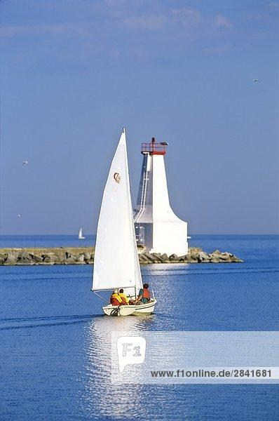 Segelboot und Leuchtturm  Cobourg  Ontario  Kanada.