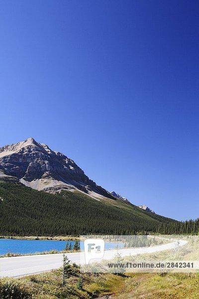 Mount Jimmy Simpson und dem Icefields Parkway in der Nähe von Bow Lake  Banff-Nationalpark  Alberta  Kanada