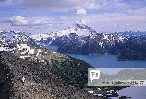 Man wandern über Garibaldi Lake Garibaldi Provincial Park  Britsh Columbia  Kanada.