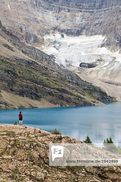 Eine Frau mit Blick auf See McArthur in der Region Lake Ohara Yoho Nationalpark  British Columbia  Kanada.