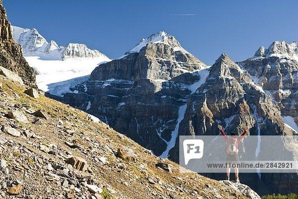 Eine weibliche Wanderer über dem Moraine Lake und dem Tal der Ten Peaks Weg nach Sentinel Pass  Alberta  Kanada.