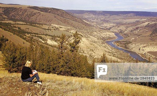 Künstler skizziert Fraser Canyon im die Chilcotin Grasland  British Columbia  Kanada.