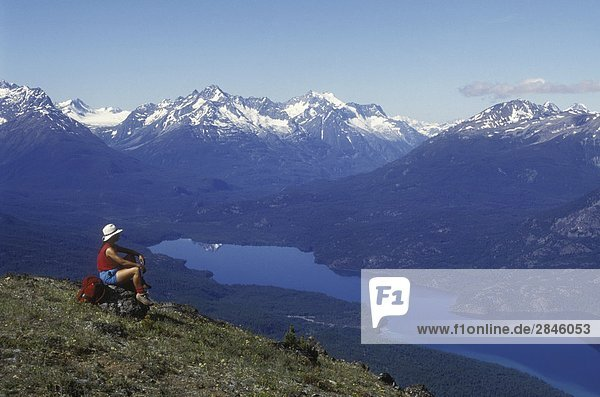 Wanderer mit Blick auf Tatlayoko Lake & Coast Mountains  Chilcotin Region  British Columbia  Kanada.