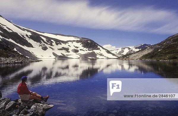 Wandern sitzen in der Nähe von Alpensee  Tweedsmuir Park  British Columbia  Kanada.