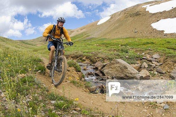 Mountainbiker Fahrten der Weg nach unten vom Hirsch-Pass  südlichen Chilcotin Bergen  British Columbia  Kanada.