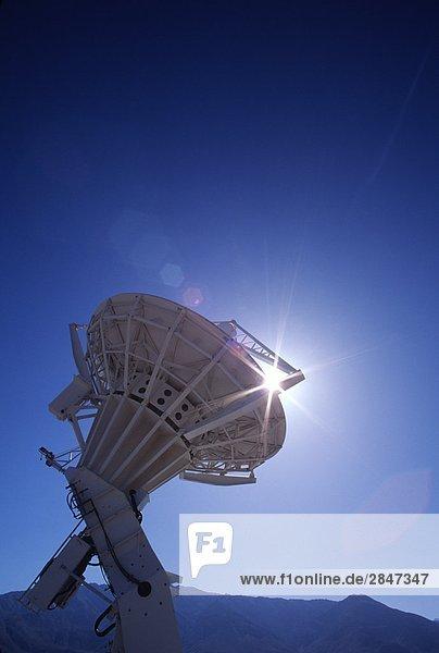 Kalifornien  USA  Satelliten in Cal Tech Station  Owen Tal mit Sonne Sterne brechende vom Rand des Struktur