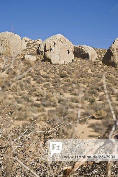 Kletterer Bouldern an einem sonnigen Tag im Herbst  in Bishop  Kalifornien  USA