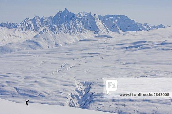 Ein Skifahrer die Backcountry Aussicht auf Valdez  Alaska  Vereinigte Staaten