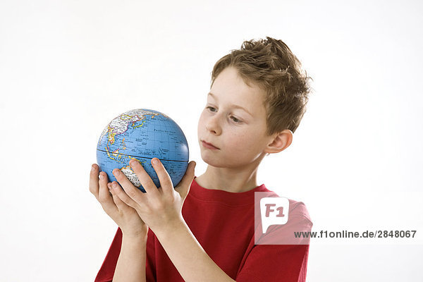 Junge hält globe