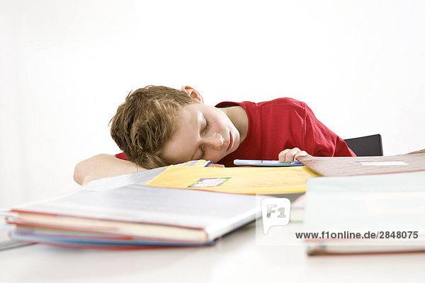 Boy napping auf Bücher