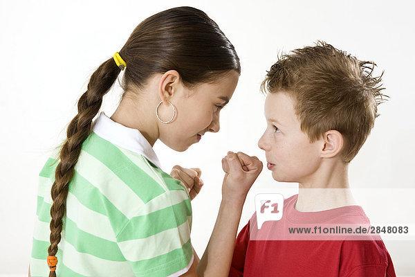 Junge und seine Schwester für schwierige Gehäuse