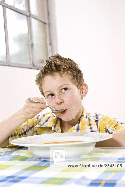 Boy  die Suppe und denken