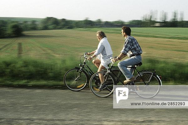 Paar Fahrräder durchs Land fahren