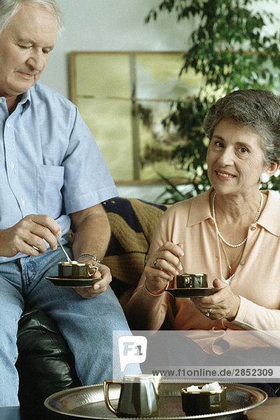 Seniorenpaar beim Tee