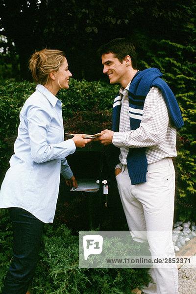 Paare überprüfen Post zusammen