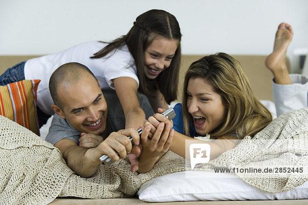 Familienstreit um Fernsteuerung  Lachen