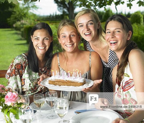 Freundinnen feiern Geburtstag