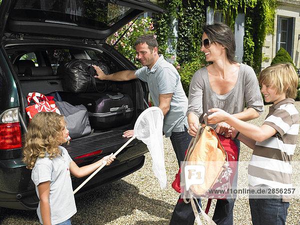 Familienladetaschen im Kofferraum