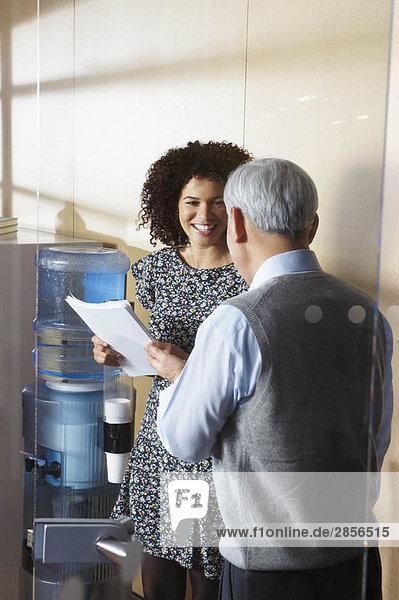 Mitarbeiter durch Büro-Wasserkühler