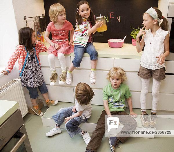 Mädchen und Jungen beim Kochen