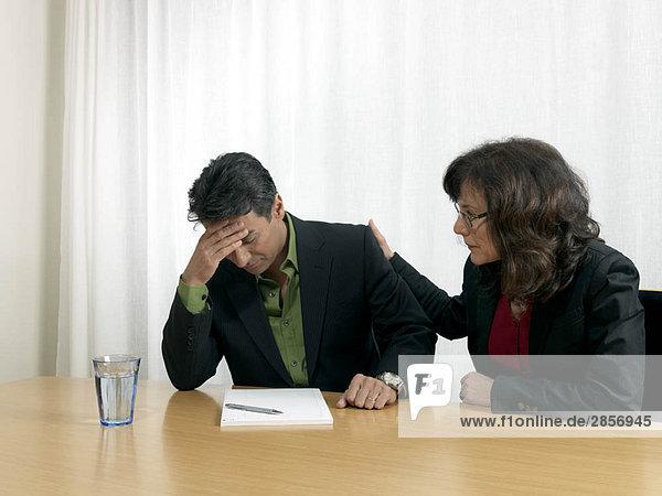 Geschäftskollegen am Schreibtisch
