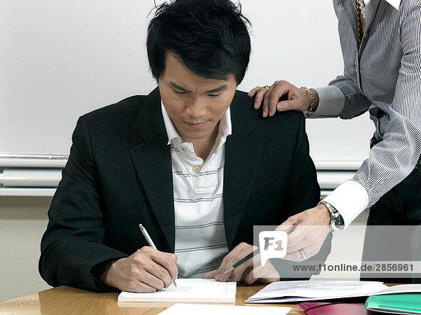 Geschäftsfrau hilft Praktikantin