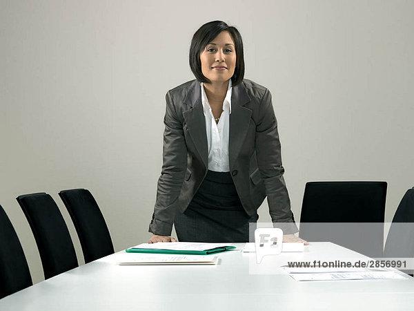 Geschäftsfrau am Konferenztisch