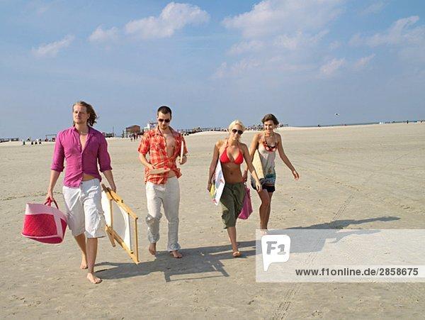 Vier junge Leute am Strand