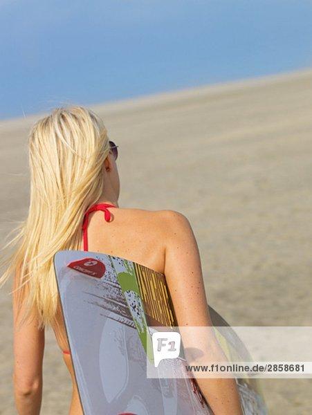 Junge Frau im Bikini mit Surfbrett