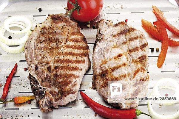 Gegrilltes Schweinekotelett auf Aluminium-Grillpfanne