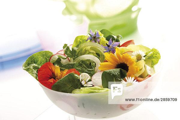 Gemischter Salat mit essbaren Blumen