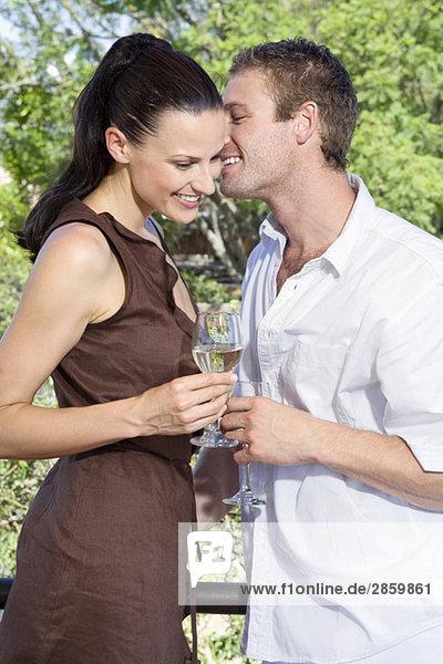 Junges Paar flirtet  hält Weingläser  Nahaufnahme