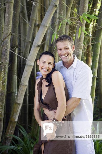 Junges Paar umarmt lächelnd  Portrait