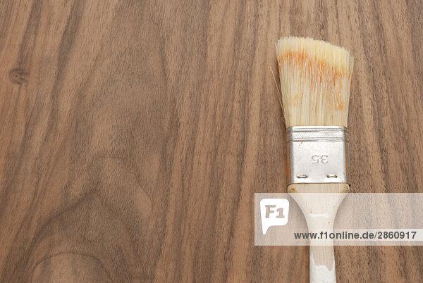 Bürste auf Holztisch,  erhöhte Ansicht