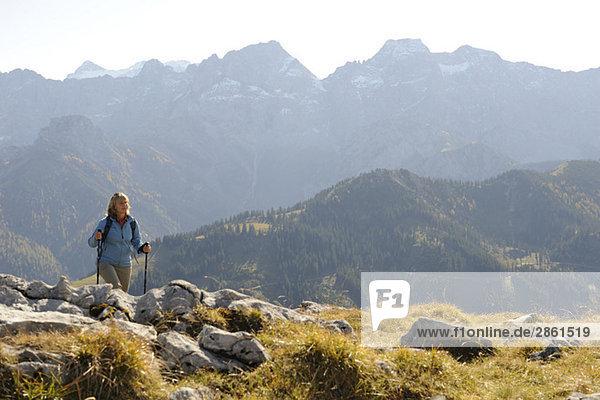 Österreich  Karwendel  Rissbachtal  Frau Nordic Walking