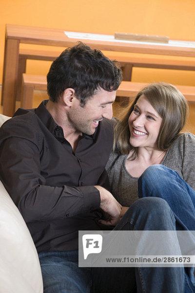 Junges Paar auf Sofa