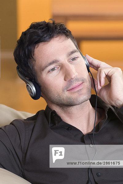 Junger Mann mit Kopfhörer,  Portrait,  Nahaufnahme