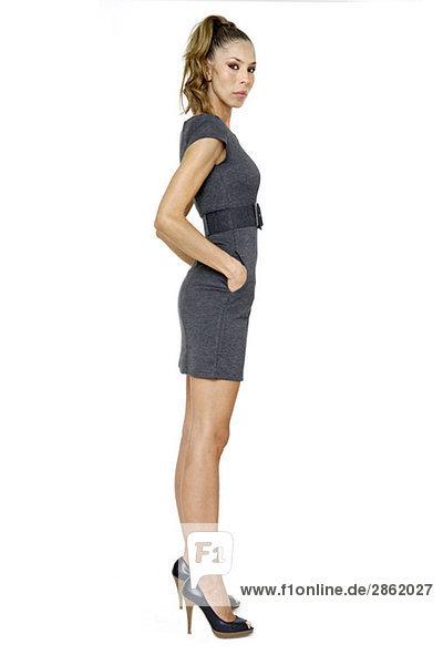 Junge Frau im Minikleid  Hände in den Taschen