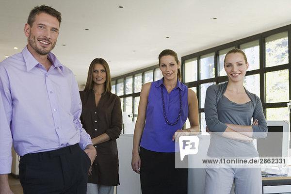 Vier Geschäftsleute im Amt